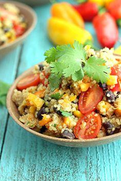 Uma salada de quinoa desintoxicante   com sabor de quinoa adoçadas com tomate , pimentão -doce, feijão, milho, batata-doce, tomate cereja , coentro e uma pitada de limão.