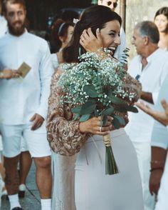 Esta novia con rollazo y sonrisa perenne te espera en el blog. ¡No te pierdas su auténtica #bodasheartmade en Galicia porque te sorprenderá, palabrita! {link en bio}  #novia #boda #wedding #casamento #marriage #livefolk #ramo #bouquet #flores #flores #boho #love #style #dress #weddingphotography @danielsantallafotografia