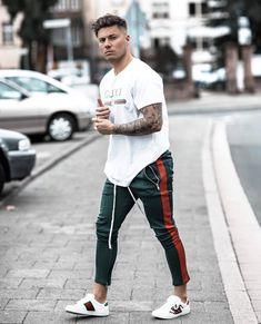 6300a9a9d5 Look esportivo casual com calça track e camiseta Gucci. Vejam mais dicas de  como usar