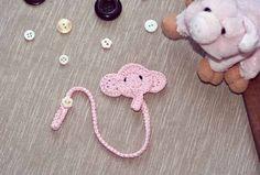 Porta ciuccio a uncinetto Crochet Baby Toys, Crochet Baby Clothes, Crochet Crafts, Crochet Projects, Baby Knitting Patterns, Crochet Patterns, Cross Stitch Baby, Baby Shower Cards, Baby Sewing