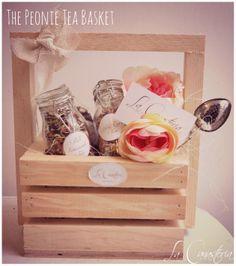 Buscando un regalo perfecto para tea lovers? Esta canastita en una monada con un toque rústico y alegre con acentos florales de peonia y tres frascos herméticos con deliciosas tisanas gourmet: ojos azules, pink lemonade & Rose Tea así como infusor metálico.   Precio: $490 Pesos PARA COMPRAR EN LÍNEA HAZ CLICK AQUÍ:  https://www.kichink.com/buy/209197/la-canasteria-gift-baskets/the-peonie-tea-basket#.U6nysPl5O_k