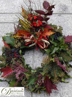 Idee Grabdeko für Herbst, Allerheiligen, Winter - selbstgemachter Kranz aus Zweigen, Beeren und bunten Blättern