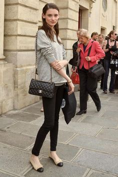 Models Off Duty Alta Costura Ballerinas Outfit, Ballet Flats Outfit, 2.55 Chanel, Chanel Flats, Chanel Ballerina Flats, Chanel Jumbo, Chanel Fashion, Looks Style, Looks Cool