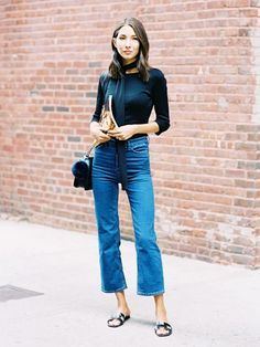 Le Fashion: Street Style: What To Wear With Kick Flare Jeans Style Désinvolte Chic, Mode Style, Cool Girl Style, Jeans Kick Flare, Crop Flare Jeans, Flare Pants, Jean Outfits, Casual Outfits, Casual Wear