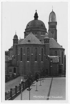 Wilhelminalaan 18. Achterzijde kerk Onze Lieve Vrouw ten Hemelopneming, gezien vanaf de Kromme Steenweg. Rechts voor speelplaats van de Mariaschool aan de Kromme Steenweg 31 1965