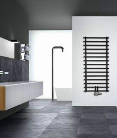 schwarzer Heizkörper für das Badezimmer
