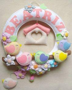 Birds felt wreath by Maripê Costurinhas Baby Crafts, Felt Crafts, Fabric Crafts, Diy And Crafts, Felt Banner, Felt Wreath, Felt Baby, Felt Decorations, Felt Patterns