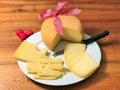 Auf den Spuren des Schweizer Emmentaler Käse. Wisst ihr, woher der Emmentaler seinen Namen her hat? Wie der König aller Käse hergestellt wird? Woher die Löcher stammen und wie lange er gelagert wird? Dies und mehr verraten wir euch in unserem Beitrag - inklusive Rezepte.  #Emmentaler #Käse #Rezepte #Geschichte #Produktion #Schweizer Challenge, Dairy, Cheese, Food, Healthy Eating For Children, Swiss Cheese, Food Food, Cheese Recipes, Names