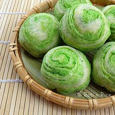 These Spiral Butternut Squash Mooncakes are a creative take on the Teochew style mooncakes. The pandan flavored pastry is wonderfully light and flaky.