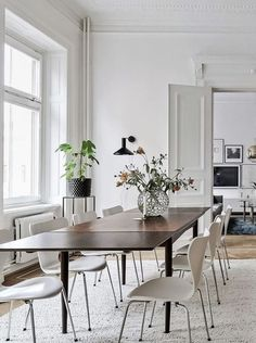 If you want to add a special touch to your Scandinavian dining room lighting design, you have to read this article that is filled with unique tips. Dining Room Paint, Dining Room Design, Dining Room Furniture, Dining Rooms, Dining Tables, Esstisch Design, Minimalist Dining Room, Dining Room Inspiration, Interior Inspiration