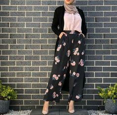 Hijab fashion Nathalia Gimenez's Hijab fashion images from the web Modest Fashion Hijab, Modern Hijab Fashion, Hijab Fashion Inspiration, Islamic Fashion, Abaya Fashion, Muslim Fashion, Fashion Dresses, Eid Outfits, Modest Outfits
