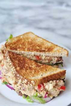"This vegan ""tuna"" salad recipe is made with white beans and palm hearts. You''re going to love it. This vegan ""tuna"" salad recipe is made with white beans and palm hearts. You''re going to love it. What Is Healthy Food, Healthy Meals To Cook, Good Healthy Recipes, Whole Food Recipes, Healthy Eating, Sushi Recipes, Savoury Recipes, Copycat Recipes, Healthy Foods"