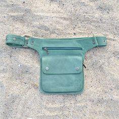 Riñonera de #Cuero Artesanal unisex y regulable. Disponible en www.riñonera.com Diy Leather Projects, Leather Craft, Leather Wallet, Leather Bag, Pocket Craft, Diy Bags Purses, Hip Bag, Small Leather Goods, Leather Working