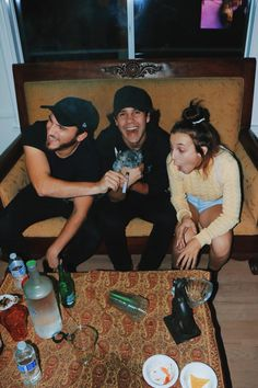 i love how all the alcohol is all the way away from emma ♥️😂 Bff Goals, Best Friend Goals, My Best Friend, Juul Vape, Emma Style, David Dobrik, Vlog Squad, Emma Chamberlain, Gal Pal