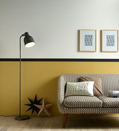 murs jaune noir et blanc, canapé vintage - yellow black et white wall, vintage sofa - couleur moutarde, mostard color