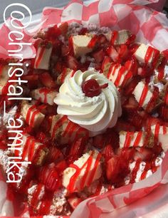 Strawberry cheesecake funnel cake Dessert Recipes in 2019 funnel cake variations - Funnel Cake Fried Cheesecake Bites Recipe, Caramel Apple Cheesecake, Strawberry Cheesecake, Strawberry Recipes, Cheesecake Recipes, Dessert Cake Recipes, Köstliche Desserts, Delicious Desserts, Dessert Plates