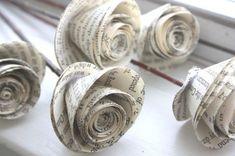 First Year Wedding Anniversary Paper Roses Erstes Jahr Hochzeitstag Papier Rosen Newspaper Crafts, Old Newspaper, Book Crafts, Fun Crafts, Newspaper Flowers, Book Page Roses, Book Flowers, Diy Flowers, Pretty Flowers