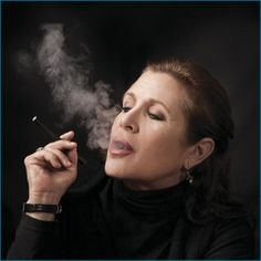 Celebrities Who Smoke E Cigs: Hollywood Loves To Vape - Carrie Fisher Carrie Fisher, Star Wars, Hollywood Stars, Cannabis Vape Pen, Best Vaporizer, Debbie Reynolds, Smoking Ladies, Real Model, People Of Interest