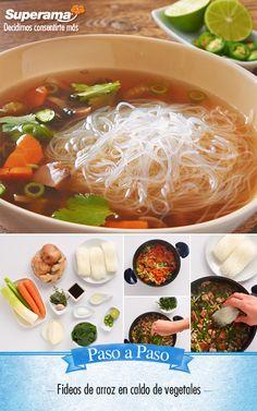 #Fideos de #Arroz en #Caldo de #Vegetales: Calienta una cacerola con 2 cdas. aceite, ½ tz. cebolla, ¼ tz. poro, ½ tz. zanahoria, 1 hongo portobello, ¼ tz. apio, 1 diente de ajo, todo picado con 1 cdta. sal y 1 cda. jengibre rallado. Agrega 1.5 L agua, laurel, tomillo y hierve 15 min. Agrega 3 cdas. salsa de soya, 1 tz. espinaca picada, 200 g fideos de arroz, hojas de cilantro y cocina por 4 min. Sirve de inmediato y decora con rabo de cebolla cambray, rodajas de chile serrano y jugo de…