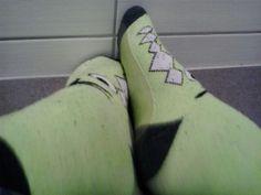 Grüne Stopper mit Krokomuster schwarzer ferse,schwarzer spitze und schwarzen gummizug.