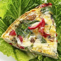 Cena ligera y nutritiva que contiene ácido fólico y calcio, muy beneficioso para el crecimiento de los niños y para embarazadas. Con esta receta de tortilla de espinacas, pimiento y queso tienes un plato completo.