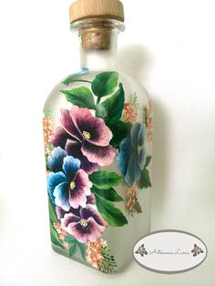 Artesanía Laria: BOTELLA DE LICOR PINTADA A MANO Painted Glass Vases, Painted Wine Bottles, Bottles And Jars, Wine Bottle Art, Wine Bottle Crafts, Recycled Glass Bottles, Hand Painted Wine Glasses, Antique Perfume Bottles, Altered Bottles