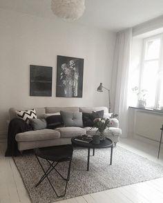 Färdigstylat för idag. Fin tvåa med balkong för @alvhemmakleri #alvhem #alvhemmakleri poster från @houseofbeatniks #interiordesign #styling #livingroom #studiocuvier