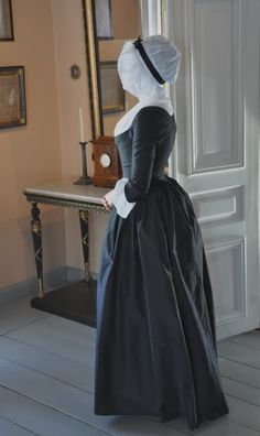 1790 mourning round gown