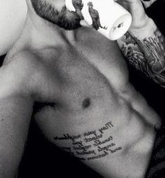 Tatuagem Masculina na Costela   Frase