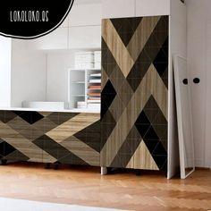 Vinilo adhesivo de muebles con triángulos sobre madera natural para decorar casas, pisos, estudios y lofts.