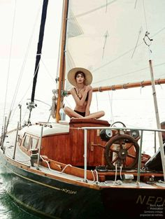 """Inspiratie, of gewoon de ruimte om even weg te dromen, haal je gemakkelijk uit Mode Editorials. Ik laat de prachtige serie """"Beyond the Sea"""" aan je zien op www.insideandout.nl!"""
