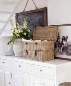 Vintage Farmhouse Decor Farmhouse style home decor. Baskets are a great way to warm up a white living space. Cottage Living, Cozy Cottage, Cottage Style, Fresh Farmhouse, Farmhouse Chic, Vintage Farmhouse, Easy Style, Rattan, Vibeke Design