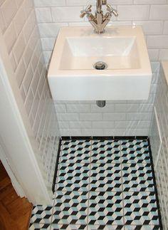 Badezimmer mit Metro-Fliesen (Wand) und Zementfliesen (Boden)