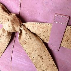 Kork Tasche «Present» rosa von Artipel – Nachhaltige Kork Mode mit Stil Pink, Vegan Fashion, Fanny Pack, Sustainability, Amazing, Get Tan
