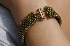 Fun to wear & comfortable. This marvelous CzechMate SuperDuo and Swarovski Bicone bracelet is simple but elegant. This bracelet has an appealing snake skin like pattern, is very comfortable a… Beaded Bracelets Tutorial, Beaded Bracelet Patterns, Woven Bracelets, Crystal Bracelets, Crystal Beads, Bead Patterns, Beading Jewelry, Beaded Jewellery, Making Bracelets With Beads