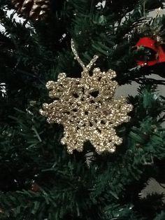Πλεκτή χριστουγεννιάτικη νιφάδα  Snowflake Christmas ornament. Christmas Ornaments, Holiday Decor, Home Decor, Decoration Home, Room Decor, Christmas Jewelry, Christmas Decorations, Home Interior Design, Christmas Decor