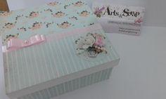 Caixa em Mdf, tamanho 10cm x 10cm decorada com a técnica de scrapoboking na tendência do Shabby Chic. <br> <br>A caixa decorada acompanha 1 bloquinho com 100 folhas de papel sem pauta. <br> <br>Vendemos também os produtos separadamente. <br> <br>Só a CAIXA: R$18,90 <br>Só o bloquinho: R$9,00