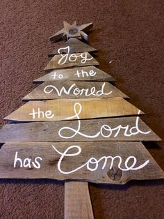 Christmas tree sign made from pallet wood.
