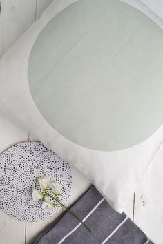 Elina Dahl Design, Vitt kuddfodral med grön cirkel 100% ekologisk bomull. Tillverkad i sverige GOTS certificerad.