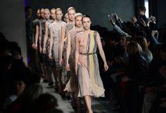 Fashion-Week Mailand: Zarte Farben und Stoffe bei Bottega Veneta. Mehr zur Mailänder Modewoche: http://www.nachrichten.at/nachrichten/society/Generationswechsel-auf-Italienisch;art411,1314605 (Bild: epa)