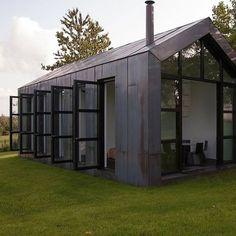 Cette habitation est enveloppée de cuivre oxydé.  Oxidised copper.