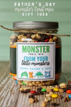 Trail Mix Father's Day Gift Monster Trail Mix Gift idea - a cute and simple gift idea for DAD! FREE prints on { }Monster Trail Mix Gift idea - a cute and simple gift idea for DAD! FREE prints on { } Homemade Fathers Day Gifts, Diy Gifts For Men, Diy Father's Day Gifts, Father's Day Diy, Fathers Day Crafts, Daddy Gifts, Fathers Gifts, Grandpa Gifts, Mason Jar Fathers Day Gifts