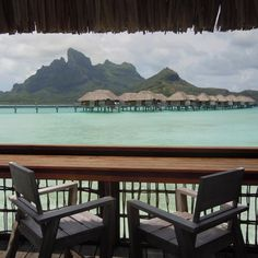 Relaxer sur son balcon en admirant la vue sur des pilotis et la montagne de Bora Bora en arrière-plan. Tahiti, Intercontinental Bora Bora, Tropical, Instagram, Sustainable Tourism, Travel Agency, Balcony, Mountain, Vacation