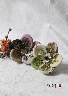한복 악세사리로 만들어 본 '왕꽃브로치' : 네이버 블로그 Diy Flowers, Fabric Flowers, Landscape Quilts, Lace Jewelry, Sparklers, Flower Making, Hair Pins, Needlework, Diy And Crafts