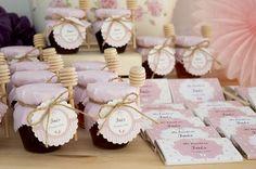 Tarritos de miel y chocolatinas personalizadas para un día muy especial. #detallesdebautizo #detallesdebautizopersonalizados #tarritosdemiel #chocolatinaspersonalizadas #bautizo