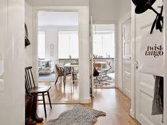 Lo que llama más la atención de este apartamento es la LUZ NATURAL de la que dispone, que saben aprovechar al máximo dejando desnudas las ventanas. Sin duda este es un gran recurso para multiplicar…