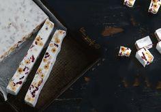 Λευκή σοκολάτα με ξηρούς καρπούς Cinnamon Sticks, Dairy Free, Spices, Chocolate, Food, Spice, Essen, Chocolates, Meals