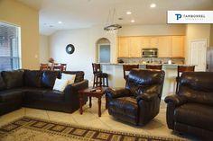 A toda familia le gustaría un espacio como este para disfrutarlo juntos. #casa #casas #interiores #decoración #cocina #sala #sillón #madera #comedor #thewoodlands