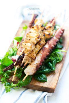 Una grigliata di pesce saporita, fresca e leggera. Spiedini di calamari e polpo alla griglia (cotto anche da crudo) con insalata e vinaigrette al limone!