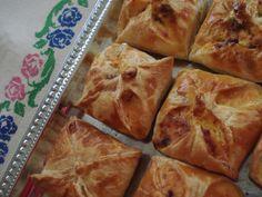 Süssünk-főzzünk együtt!: TÚRÓS BATYU LEVELES TÉSZTÁBÓL Spanakopita, Ethnic Recipes, Desserts, Food, Per Diem, Kitchens, Tailgate Desserts, Meal, Dessert